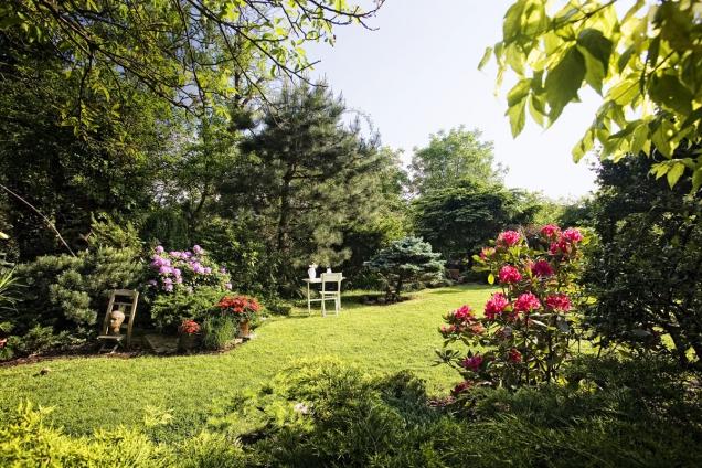 """Klánovická zahrada malíře apábitele Oldy Mikuláše Dufka ajeho ženy Hany stylově připomíná anglickou zahradu, avšak """"počeštěnou"""" cimrmanovskými artefakty."""