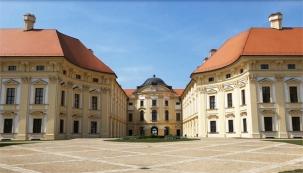 Slavkovský zámek patří k nejstarším dochovaným panským sídlům na Moravě. Znám je především jako rezidence významného rodu pánů z Kounic a jako místo, poblíž nějž se v roce 1805 odehrála bitva tří císařů známá též jako bitva u Slavkova.
