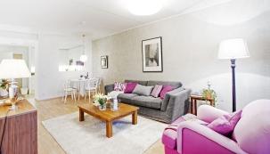 Obývací pokoj volně přechází vjídelní kout ačástečně oddělenou kuchyň.