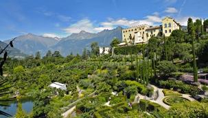 Jižní průčelí zámku se tyčí nad terasovitě uspořádanou Sluneční zahradou osázenou olivovníky, citrusy, piniemi, levandulí adalšími středomořskými rostlinami. Zcela vpravo je vidět kompozice vrenesančním duchu sjezírkem nymf alabyrintem.