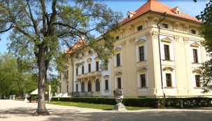 Slavkovský zámek patří k nejstarším dochovaným panským sídlům na Moravě. Znám je především jako rezidence významného rodu pánů z Kounic a jako místo, poblíž nějž se v roce 1805 odehrála bitva tří císařů známá též jako bitva u Slavkova. Pokud se sem vypravíte druhou srpnovou sobotu, můžete se zúčastnit velkolepých Napoleonských her.