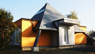 Příběh tohoto domu je nevšední: budoucí majitelka snila o novém bydlení, které jí mělo pomoci i k uzdravení. Proto zvolila tvar pyramidy, který má v sobě koncentrovat pozitivní léčebnou energii.