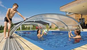 Voda vzastřešených bazénech je vždy oněkolik stupňů teplejší než vtěch, které jsou zakryty pouze termoplachtou (MOUNTFIELD)