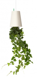 V jejich stylu: Levitující květináč Sky Planter L, recyklovaný plast, výška 25 cm, Ø 18 cm, vyrábí Bosske, www.monsterra.cz