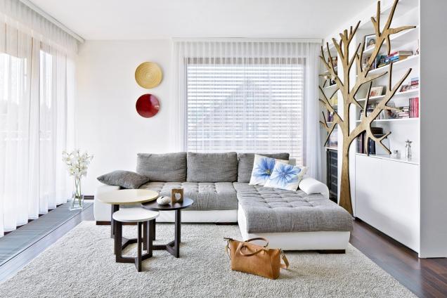 Sloup umístěný uprostřed prostoru musela designérka prakticky začlenit doergonomie místnosti.