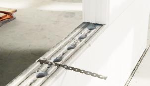 Tzv. tupý spoj pomocí nerez kotvy slouží k pevnému spojení dvou dotýkajících se stěn (T-spoj, L-spoj) bez provazování zdiva (VAPIS)