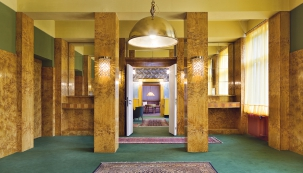 Základním prvkem interiéru je dřevo vpřírodních odstínech ivýrazných barvách včasto překvapivých kontrastních kombinacích sostatními materiály avzory.