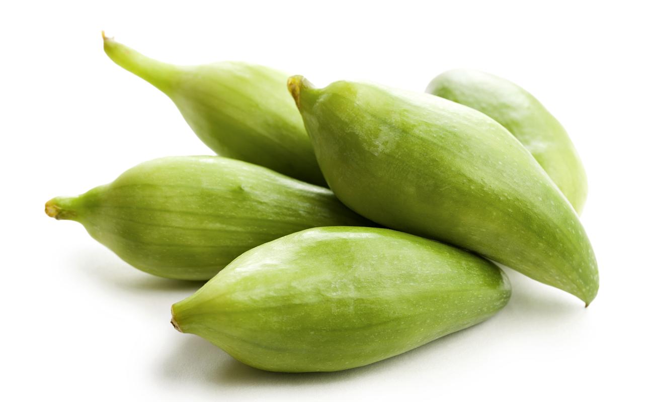 """Ačokča se pro svůj tvar, barvu i chuť někdy nazývá """"paprikookurka"""". Oproti okurkám se ovšem pěstuje snadněji a lépe odolává plísním."""