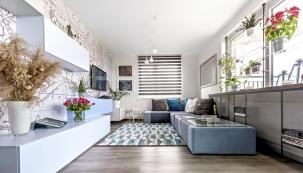 Světlé pastelové barvy dekorují nábytkovou sestavu skříněk ipraktickou modulární sedací soupravu, které jsou zhotoveny namíru. Se vším skvěle ladí koberec sgeometrickým vzorem (Ikea).