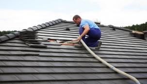 Při zateplování foukanou izolací není nutné mít přístup od interiéru domu. Je možné půdní prostor zafoukat izolací i ze střechy. (CIUR)