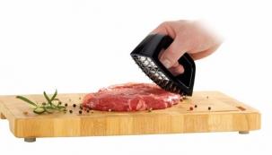 Tenderizer na maso TESCOMA PRESIDENT je vynikající pro přípravu šťavnatých steaků a zvláčňování všech druhů červeného masa. Sejměte kryt čepele a kolébavými pohyby maso po celé ploše prokrojte a zvláčněte. Vhodné do myčky, 5 roků záruka. Cena 299 korun, koupíte v Prodejních centrech TESCOMA či na www.eshop.tescoma.cz