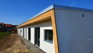 Jednoduchost, maximální využití každého prostoru, s velkým citem vytvořený prostor obývací části, jídelny a kuchyňského koutu, velké prosklené plochy oken v jednotlivých místnostech, to je stručná charakteristika nového domu. (HELUZ)