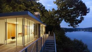 Kpřednostem hliníkových oken patří vysoká pevnost, energetická účinnost, úzké šířky rámů, lehký chod, minimální údržba adlouhá životnost (SCHÜCO)
