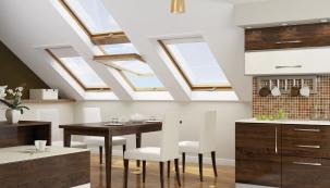 """Kyvná střešní okna Fakro vprovedení """"Zlatý dub"""" jsou vyrobena zvícekomorového profilu PVC. Polohovací konstrukce kliky umožňuje velmi účinnou ventilaci."""