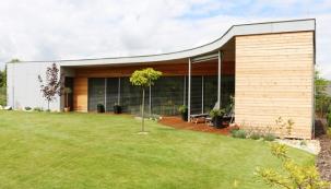 Projektantovi domu Ing. Josefu Vostrackému se podařilo vyprojektovat moderní dům, který je funkční, estetický, zasazený do zahrady optimálním způsobem tak, aby maximálně využil stávající pozemek. Ideálně zpřístupňuje světové strany a vytváří uživatelům domu potřebné soukromí. A samozřejmě je energeticky úsporný a poskytuje komfortní a levné bydlení. (HELUZ)
