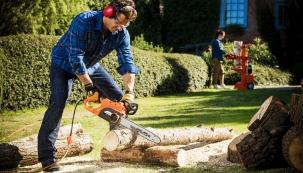 Když potřebujete jen prořezat stromky na zahradě nebo nadělat dřevo například do krbu či venkovního ohniště, je právě elektrická pila ideální volbou. (Foto: MOUNTFIELD)