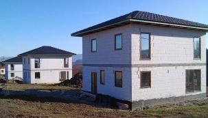 Stavba domu je nákladná a časově náročná záležitost, kterou není radno podcenit. Řada investorů využívá právě nadcházející období končícího léta a nastupujícího podzimu k tomu, aby před tím, než teploty klesnou pod nulu, zvládla své bydlení dostat do fáze hrubé stavby. (Zdroj: KM Beta)
