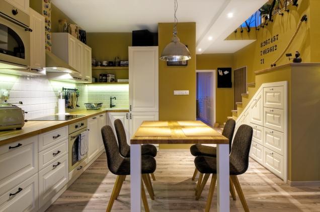 Jídelní stůl vyrobený namíru vyšel mnohem levněji než hotové stoly nabízené vobchodech.