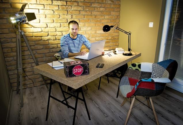Martin (29 let) pracuje jako location manager, což znamená, že vyhledává prostory pro natáčení seriálů, filmů areklam, ale konečný výběr konzultuje srežiséry akameramany. Dokončuje filmovou atelevizní fakultu Vysoké školy múzických umění vBratislavě. Vevolném čase se věnuje sportu amiluje jízdu namotorce.