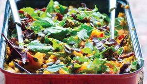 Podzimní salát s pečenou zeleninou z knihy Nová biokuchařka Hanky Zemanové, vydal Smart Press
