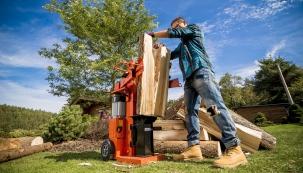 Podzim je kromě úklidu zahrady zasvěcen přípravě paliva na zimu. Většina rodinných domů disponuje krbovými kamny, někteří mají kotel na biomasu jako hlavní zdroj tepla.