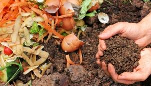 Využití kompostéru nazahradě je běžné, co ale dělat, pokud vlastní nebo sdílenou zahradu nemáte? Kompostovat se dá nabalkoně adokonce ivbytě. Zápachu se bát nemusíte.
