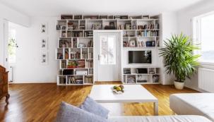 Ústředním prvkem obytného prostoru je knihovna lemující dveře na balkon, kterou navrhla a technickým nákresem opatřila Petrova sestra Klára, která je architektkou.