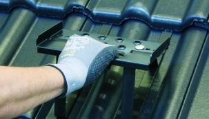 Důkladně zkontrolovat střechu před zimou, případně později zjistit, jaké škody napáchal sníh, nelze bezpečně bez pochůzného střešního systému. Díky novince v sortimentu HPI-CZ si cestu po střeše vytvoříte během chvilky a bez vrtání do krytiny. Univerzální nášlap Trapac® totiž stačí jen za tašku zaháknout a je hotovo. (Foto: HPI-CZ)