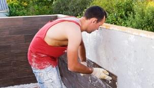 """Svépomocným stavebníkům většinou nechybí chuť a nadšení. Někteří však postrádají praktické zkušenosti a řemeslnou zručnost, bez rozdílu všem pak chybí """"druhé"""" ruce."""