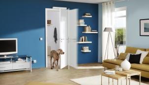 Dřevěné či ocelové dveře Hörmann se dají otevírat bez jediného dotyku. Stačí si k tomu pořídit speciální zařízení PortaMatic, které dveře otvírá a zavírá samo. Hörmann k němu nabízí i sofistikované dálkové ovládání.