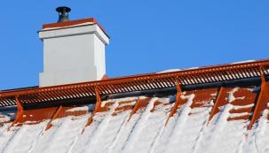 Nejčastěji do střechy zatéká v místech napojení krytiny na komíny, anténové stožáry atd.