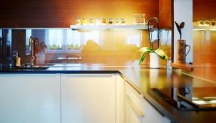Minimalistická kuchyně si zakládá na geometrických tvarech, absenci doplňků a lapačů prachu, barevné sladěnosti a efektivně zařízeném úložném prostoru.