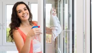Běžné nečistoty můžete odstranit s pomocí jemného hadříku a čisticího prostředku.
