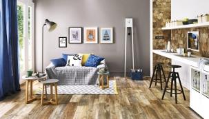 Keramika: Dřevěný dekor použitý naploše podlahy můžete zopakovat také vdetailech. Například naobkladu kuchyňské linky. Rektifikovaná dlažba Timber Design Stonewash, 20 x 120cm, Fineza, www.siko.cz