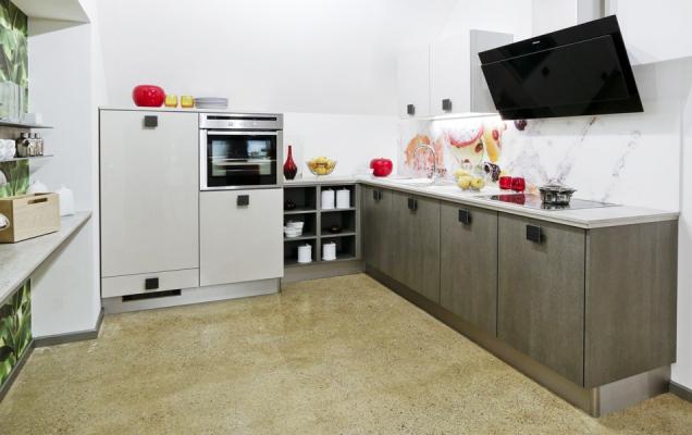 Velmi oblíbené kuchyně do tvaru písmene L či U mají svá riziková místa - a to jejich rohy. Pokud nad kuchyní v takovém tvaru uvažujete, rozhodně rohy neopomíjejte a plně využijte jejich potenciál. (Zdroj: Gorenje.cz)