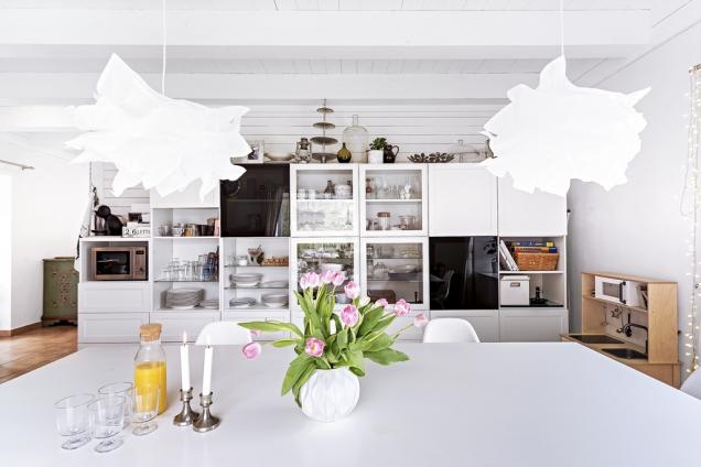 Prostorná kuchyň sjídelnou je zařízená nábytkem zIkea. Jídelní stůl vyráběl Bob aLucie si kněmu dopřála designový originál vpodobě židlí odVitry.