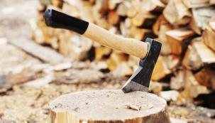 Říká se, že dřevo zahřeje dvakrát – nejprve, když ho řežete a sekáte, a potom v kamnech. Pokud si k přípravě dřeva zvolíte šikovné pomocníky a věnujete této činnosti dostatek času, můžete to pojmout i jako pohybovou relaxaci.