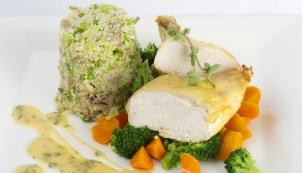 Kuřecí prsa na másle s houbovokapustovým Kuskusem a lahůdkovou zeleninou