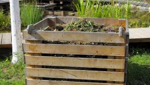Kompostovat můžete i na volné hromadě, vystačíte si i s jednoduchým kompostem.