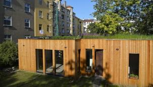 Domy ve vnitrobloku činžovních domů v zastavěné části Prahy se nestaví příliš často, navíc v pasivně energetickém standardu  a s unikátní kořenovou čističkou na střeše.