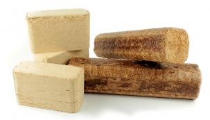 Brikety zlistnatých dřevin jsou dražší ahoří déle, u jehličnatých je to přesně naopak.