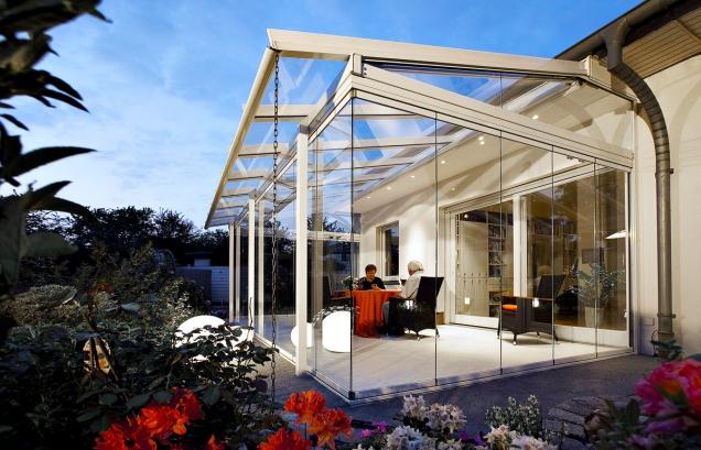 Jednoduché skleněné tabule byly uzimní zahrady nahrazeny vícevrstvými skly plněnými inertními plyny smožností metalických izolačních povlaků. Chrání proti mrazu, slunečnímu záření, tlumí hluk, mají velkou rázovou pevnost amechanickou bezpečnost (HLADÍK STAVEBNÍ SERVIS)