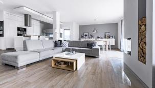Jednoduchý čistý styl prozrazuje vášeň majitelů pro skandinávský design. Vcelém přízemí domu je podlahové topení, dopatra zvolili topná tělesa, která pružněji reagují napotřebnou změnu teploty.