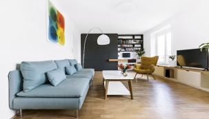 Dříve potemnělý byt provzdušnila otevřená dispozice centrální obytné části, kterou tvoří obývací pokoj, pracovna, jídelna akuchyňský kout.