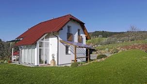 Zimní zahrada proměnila typový dům Ekonomik N7 nejen vizuálně. Přispěla ikezvýšení komfortu bydlení včetně prohřívání interiéru sluncem atím ikúspoře energie.