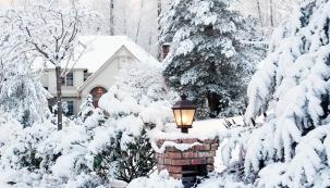 Zejména v zimních měsících oceníme dobře navržené venkovní osvětlení. Nejen méně ukopnutých palců a ztracených klíčů jistě potěší. Zajímavě nasvícená zahrada nám také může zvednout náladu v dlouhých večerech nebo rozzářit zahradní party.