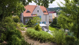 Návrh zahrady je dílem Aloise Josefa Kulišana (1885–1948), autora řady projektů aknihy Domácí zahrady azahrádky. Ztvárnil svah udomu doněkolika teras, ponichž se dalo vystoupat až kposezení spěkným výhledem.