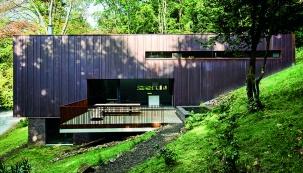 Velkoformátová posuvná stěna na jižní straně fasády zprostředkovává vstup na terasu a stírá hranici mezi obytnou částí a venkovním prostředím. (Zdroj: Schüco)
