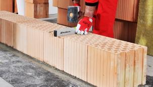 Broušené akustické cihly Porotherm AKU Profi díky maximální akustické izolaci zaručují ideální zvukovou pohodu ve vašem interiéru (Zdroj: Wienerberger)