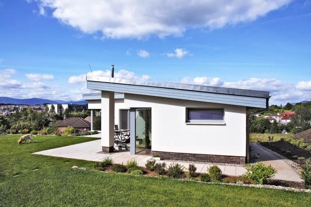 Itakto může vypadat současný rodinný dům – moderní, elegantní, neokázalý, který se nesnaží konkurovat okolním horským hřebenům.